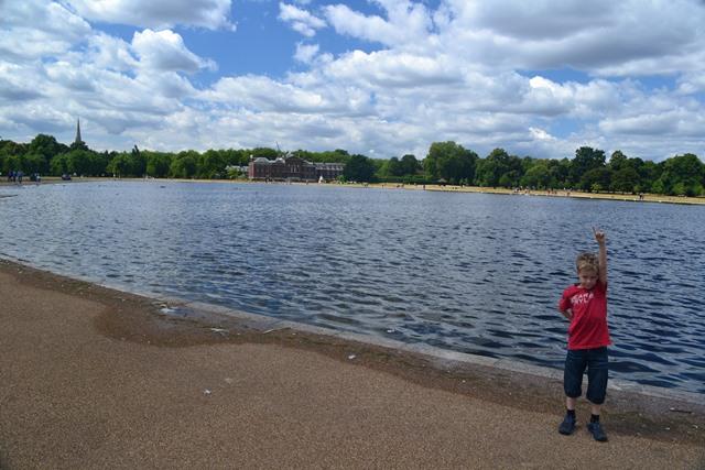 Round Pond Kensington Gardens, v pozadí Kensington palace,Londýn